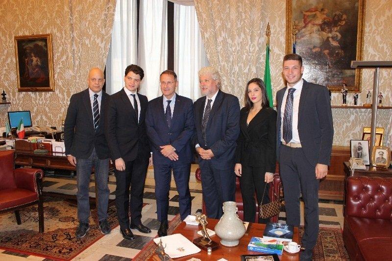 Roma roberto fico ed edmondo cirielli accolgono la for Diretta camera deputati