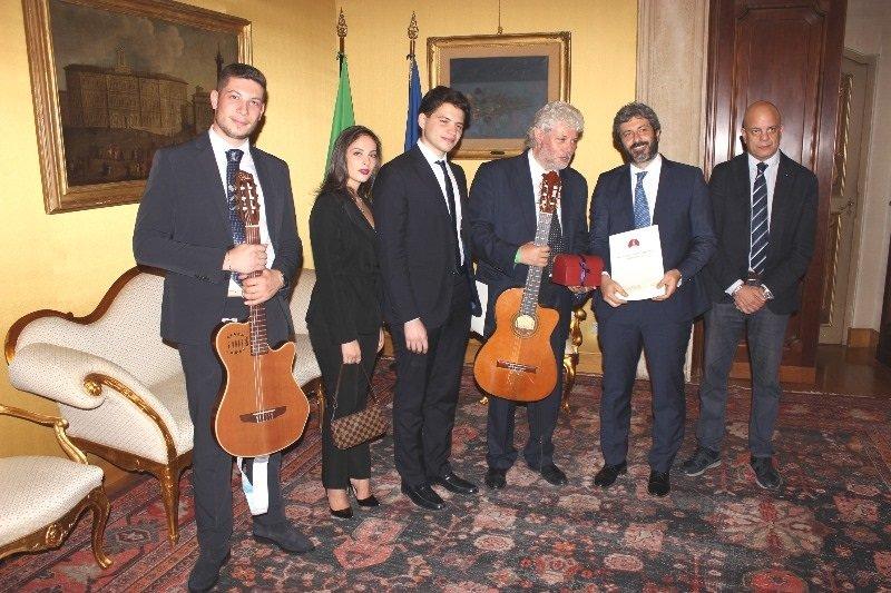 Roma roberto fico ed edmondo cirielli accolgono la for Deputati alla camera