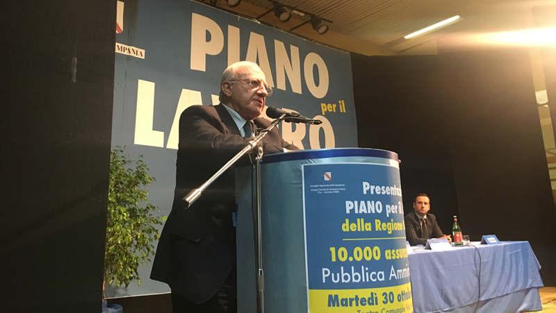 """Assunzioni Regione Campania: a Casapulla teatro stracolmo per De Luca. Bosco: """"Piano per il lavoro rivoluzionario"""""""