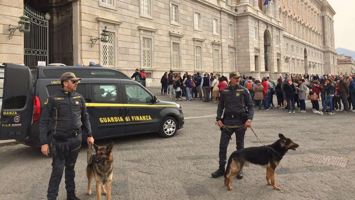 REGGIA DI CASERTA, ABUSIVISMO COMMERCIALE | Grossa operazione della Guardia di Finanza