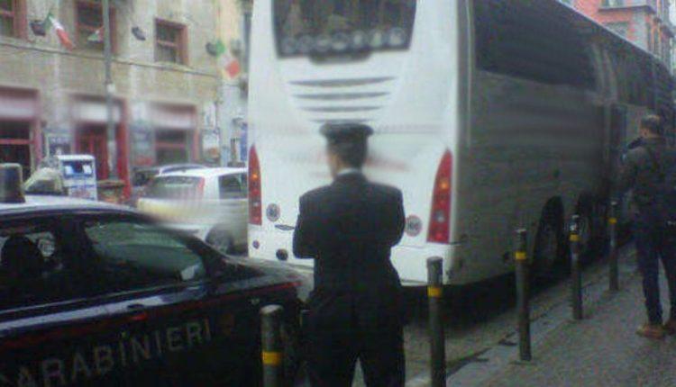 IN GITA SENZA ASSICURAZIONE | Pullman fermato dai Carabinieri