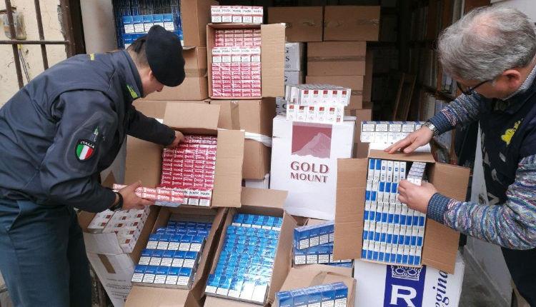 Tutto in famiglia. Contrabbandavano sigarette con il Reddito di Cittadinanza